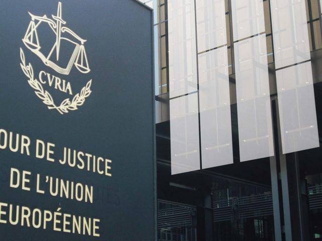 Panneau devant la Cour de Justice de l