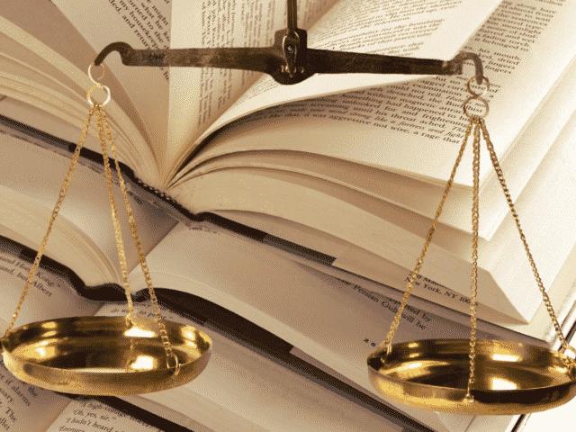 Livre et balance de la Justice