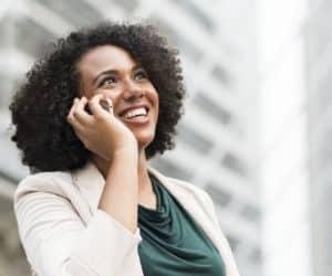 femme joyeuse au téléphone