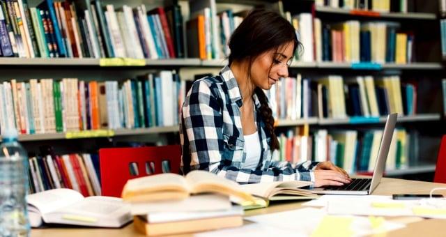 étudiante en révision